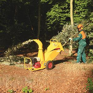JO BEAU 'M300' woodchipper. A compact, professional chipper that fits in small vans and that has the capacity to get it trough gateways & house doors and chip branches of 8cm. Made in Belgium