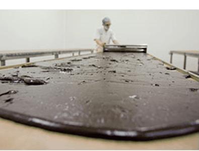 Exemple de préparation de chocolats artisanaux par Les Chevaliers d'Argouges.