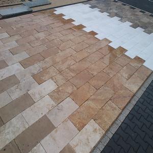 Płytki z marmuru oraz trawertynu. Możliwe zastosowanie takie jak podłogi w domach, chodniki, elewacje kamienne, okładziny ścian, posadzki wokół basenów.