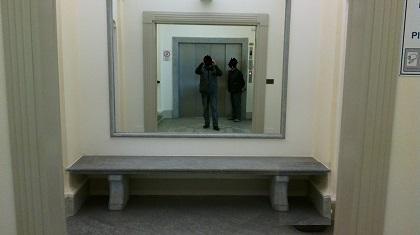Specchio incollato a muro all'interno di un vano in pietra