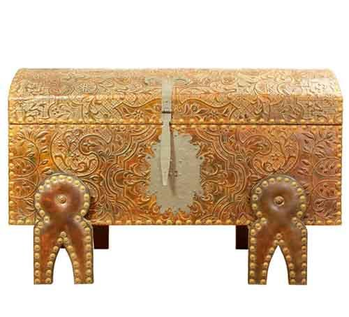 Embossed leather large chest. This trunk reminds us the old arks where you could store multiple objects, goods and valuable belongings. The design has eight light ropes and little flowers.