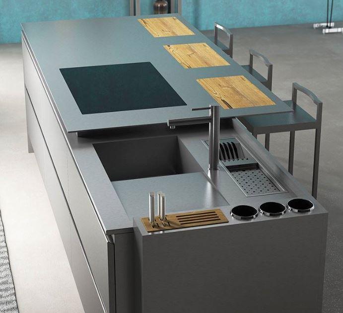 Réalisé entièrement en inox , cet îlot intègre le lavage ainsi que la plaque de cuisson , positionnée en affleurement.