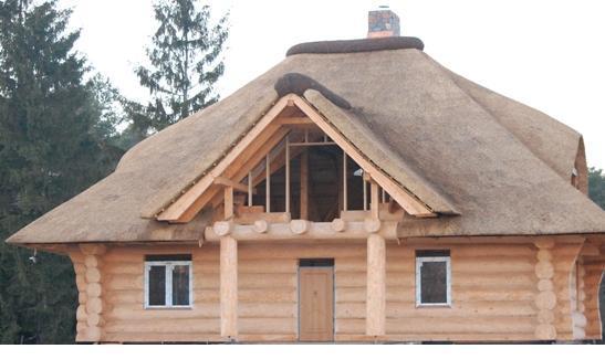 Dach pokryty trzciną.