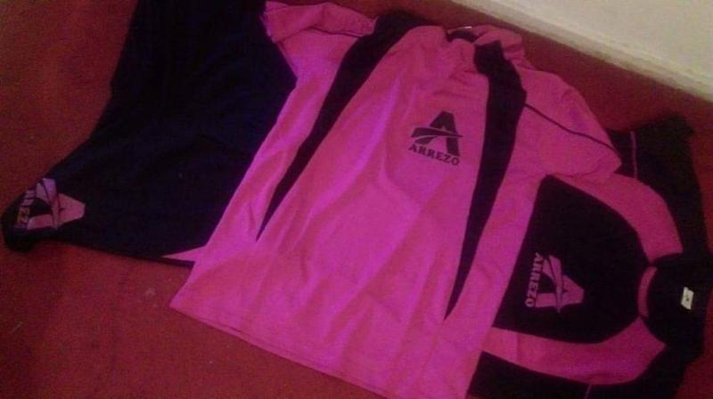 Kit de sport . 1.- Short avec bande contrasté latéral et maillot en manche ranglan et latéral contrasté.