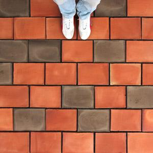 Floor made of 2 colors of terracotta tiles: red and slate.