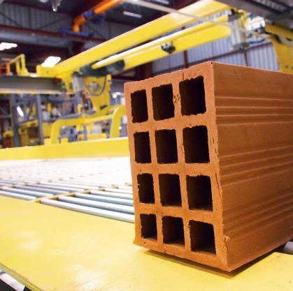 TECAUMA bénéficie d'un véritable savoir-faire reconnu en manutention de produits céramiques (terres cuites : briques, tuiles...), et de produits en béton (blocs traditionnels ou rectifiés, ...)
