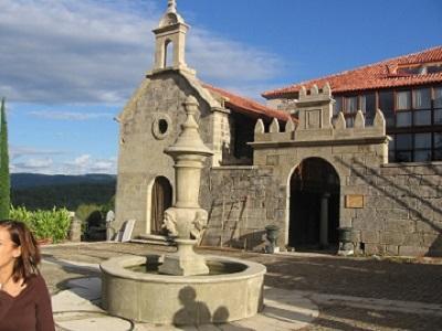 Campanario, remate de portal y fuente realizado todo en granito con acabado artesanal envejecido.