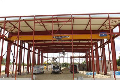 Installation d'un pont roulant mono-poutre posé de capacité 5 Tonnes. Le levage, la direction, ainsi que la translation sont commandés par des variateurs de fréquences SCHNEIDER