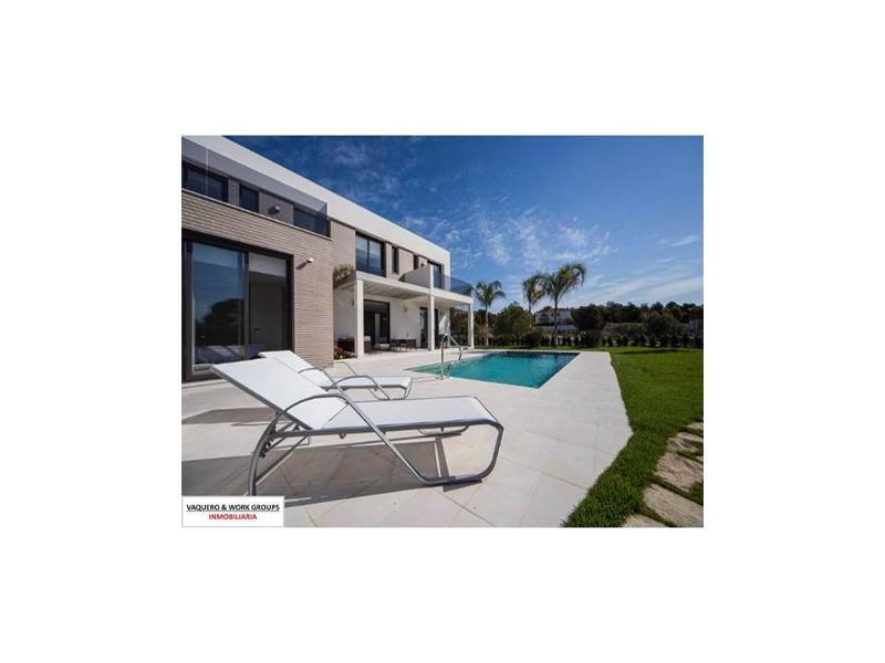 Villas vanguardistas de 3 y 4 dormitorios, con 4 y 5 baños, así como con parcelas privadas que oscilan entre los 474 y los 624 m2.