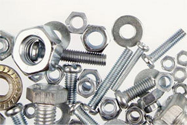 Qualità e tecnologia per la produzione della gamma completa di attrezzature in ferro per il sostegno di travi in legno.