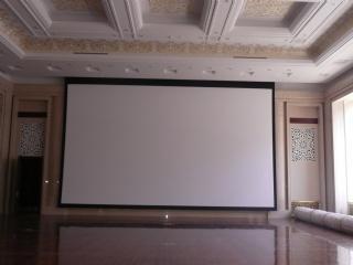 Installation d'un écran motorisé Nolimit de 9 m de large pour une salle de conférence située en Chine.