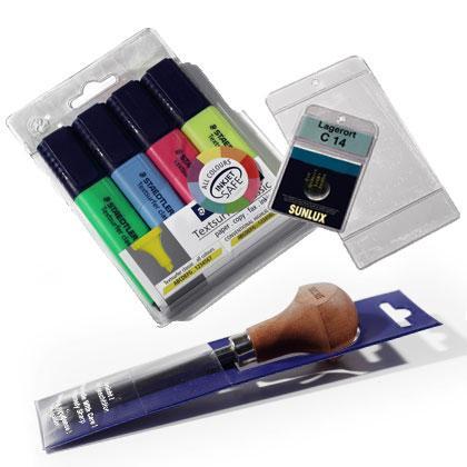 Wir entwickeln mit Ihnen massgeschneiderte Aufhänge-Hüllen für Ihre Produkte – Stifthüllen, Verpackungen zum Aufhängen, sowie Preisauszeichnungshüllen.