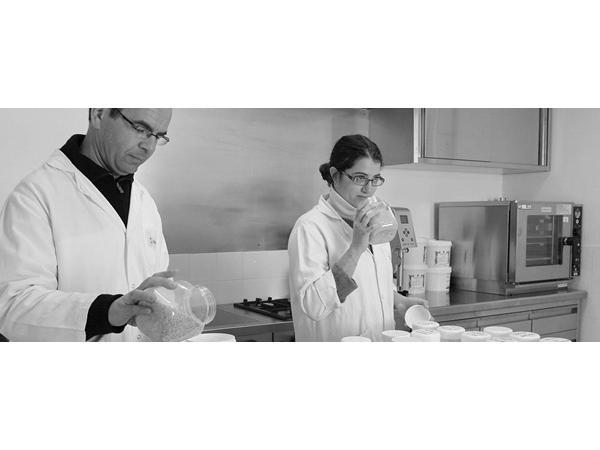Nos aromaticiens, ingénieurs et techniciens R&D développent les formules au niveau moléculaire dans le cadre de notre savoir-faire