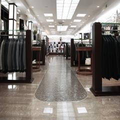 Un aperçu du showroom, avec ses corners de costumes, chemises, cravates, chaussures, accessoires, manteaux, tenues casual...