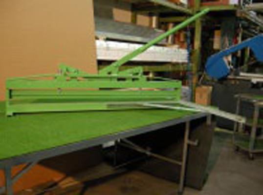 Piegatrice per pannelli in poliuretano e simili