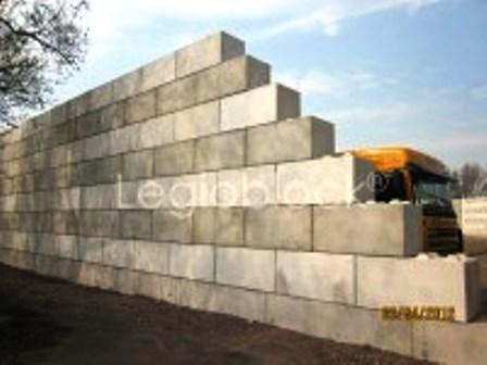 Concrete retaining walls can be constructed quick and easy with Legioblock® interlocking concrete blocks.