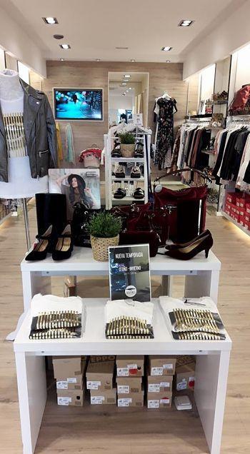 Encontrarás prendas y calzado de estación, de marcas reconocidas como Vero Moda, Meisïe, Gioseppo, etc.