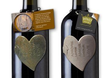 bottiglie vino chianti con etichette a rilievo di materiali pregiati come lava, terracotta, legno e resine colorate