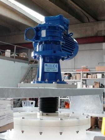 Albero in acciaio AISI 304-316 o C40 con rivestimento in PP, PVC o PVDF, calettato direttamente al riduttore.