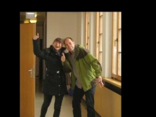 Die zwei KandidatInnen von La pomarancia nach der erfolgreichen TELC-Prüfung im BFI OÖ Linz.