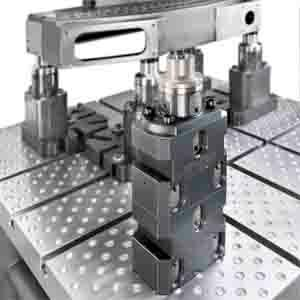 Das UNILOCK 5-Axis Nullpunktspannsystem kann individuell und modular zusammen gestellt werden. Die Systemvielfalt bietet viele Möglichkeiten an Basis- und Aufbaumodulen sowie Werkstückbefestigungen.