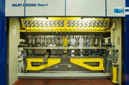 Serienproduktion von Präzisions-Tiefziehteilen mit aufwändigen Teilegeometrien. Wir fertigen aus: Feinblech, Edelstahl, Aluminium, vorbeschichtetem Blech, Buntmetalle