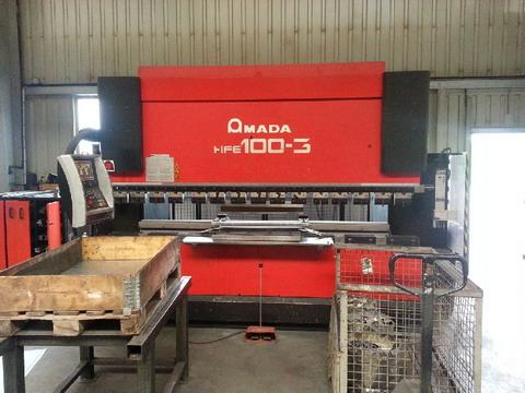 Press brakes with programmed numerical control AMADA HFE 50-3 and AMADA HFE 100-3.
