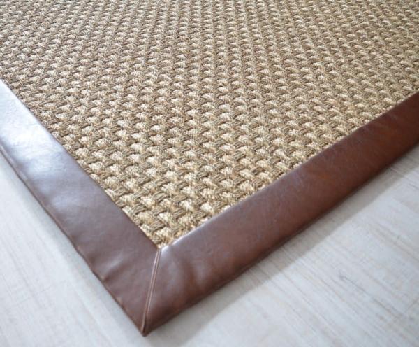 Ein robuster Seegrasteppich in Panamawebart und mit eine hochwertigen Kunstlederbordüre ausgestattet. Eine Besonderheit ist die Konfektion mit vollständig innen liegenden Nähten.