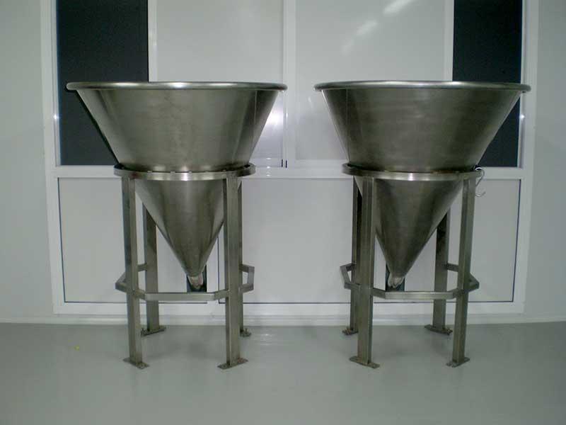 Fabricación e instalación de depósito de almacenamiento para aceite y sistema automático de dosificación de aditivos. Instalación de sistema de pesaje de alta precisión para aditivos.