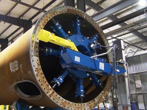 Exemple de machine de surfaçage à préhension intérieur de grand diamètre vous permet de réparer sur site ou préparer en atelier préfabrication des brides allant jusqu'à 5m de diamètre.