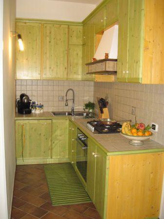 cucina su misura in massello di legno abete tinto a inchiostro pensili doppia altezza