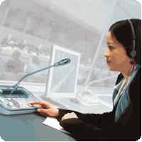 L'interprète de conférence intervient en formulant dans une autre langue le message de l'orateur grâce à sa maîtrise de la culture et de la langue ainsi que sa préparation et sa connaissance du sujet.