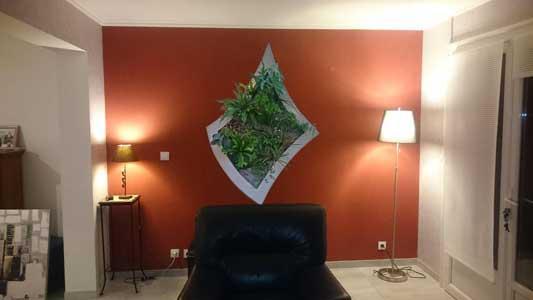 tableau végétalisé, avec décor de roche polyester, irrigation automatique intégrée.