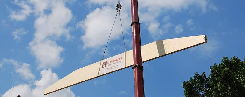 Einbau eines Binders an einer Industriehalle