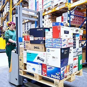 Transport einer Mischpalette im AXRO Logistikzentrum.