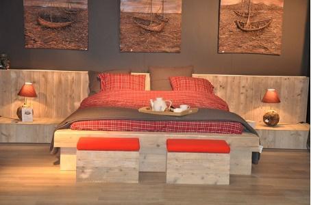 Bed steigerhout ref els heeft een afmeting van 180x200 matrasmaat en kan op maat van de klant gemaakt worden. Bed een echte eyecatcher voor in uw kamer dit alles uit gerecycleerd steigerhout.