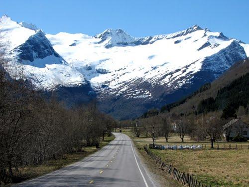 Noorwegen bezoeken we het liefst in juni, wanneer de wegen sneeuwvrij zijn, de bergen nog wit en de flora op z'n mooist.