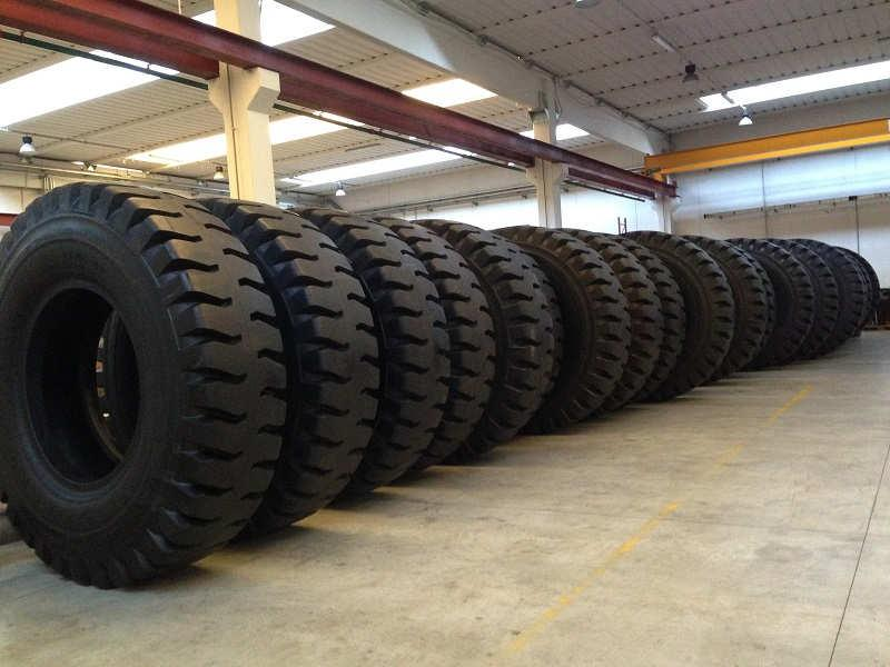 we have a store of 6000 mq with tyres for every application: industrial, earth movement, solid tyres, agricultural and automotive