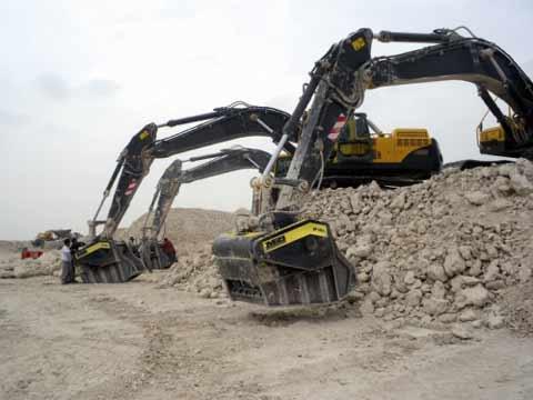 Godet concasseur pour pelles hydrauliques de 05 à 70 tonnes. Compatible avec certains chargeurs aussi. Mâchoires de concassage réglables de 20 à 120 mm. www.discri.com