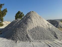 La anhidrita natural es un mineral compuesto de sulfato de calcio anhidro (CaSO4). Está formada por 41,2% de CaO y un 58,8% de SO3. Tiene aplicaciones en la construcción, en la fabricación de cemento.