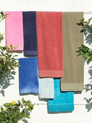 toalhas com aplicação de renda e com acabamento fadeout