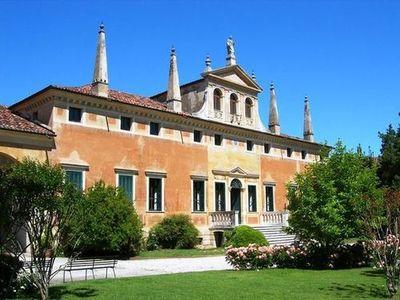 Beautiful old Venetian villa of the seventeenth century, large size and typical style, now completely restored.