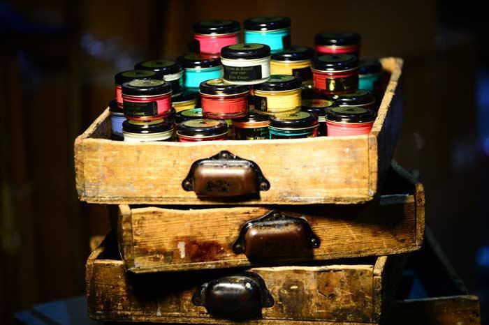 Famaco est le seul fabricant aujourd'hui de plus de 100 couleurs de crèmes de cirage et propose aujourd'hui une gamme complète de produits pour le cuir, avec des cirages à base de cires naturelles .