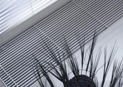 Der designstarke Unterflurkonvektor ist die perfekte Beheizungslösung für Wintergärten, großflächige Fensterfronten, Geschäfts- und Ausstellungsräume. Einbaufähige Einheit direkt im Rohfußboden.