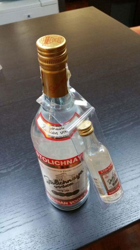 Blister promotional pentru agatat pe gatul unei sticle de bauturi alcoolice