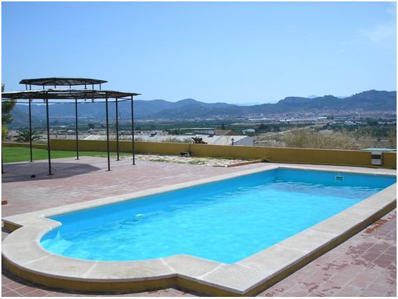 Instalación de piscina de poliéster y fibra de vidrio, con piedra de coronación.