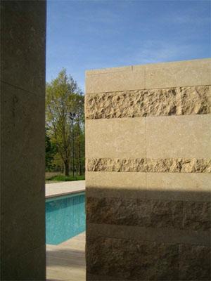 Muro eseguito con lastre in Giallo Dorato parte levigato e parte a spacco.
