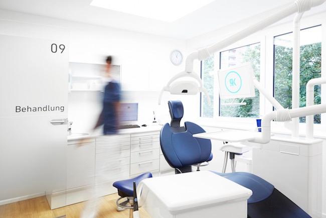 Das Bild zeigt eins der Behandlungszimmer im zahnärzthaus ROT in Stuttgart