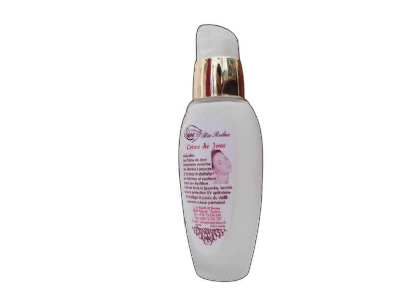 La Crème de Jour Hydratante enrichie  en vitamine E procure à la peau hydratation et fraîcheur et soutient ainsi son équilibre naturel toute la journée.