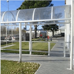 Coverage of an entrance with a tunnel made of aluminum and transparent polycarbonate cover.